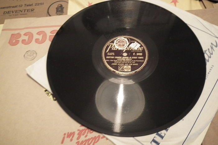 29 stuks 78 toeren platen met hoesjes schellak 10 inch Nieuw Engels FransDuits  28 stuk 78 toeren platen schellak met hoesjesplaten zijn Nieuw nooit gedraaidEngelstaligFrans en Duitspassen in de jukebox 10 inchZoals-Rudi Schuricke--Aber schon war's doch--Wie ein roman--Doris Day-You made me love you--Whatever will be will be--The 3 Jacksons--Accordion potpourri no28 deel 1 en 2---Howard keel--Rose marie--I'M A mountje who never got his man---Victor Silvester--Pink carnations for my lady…