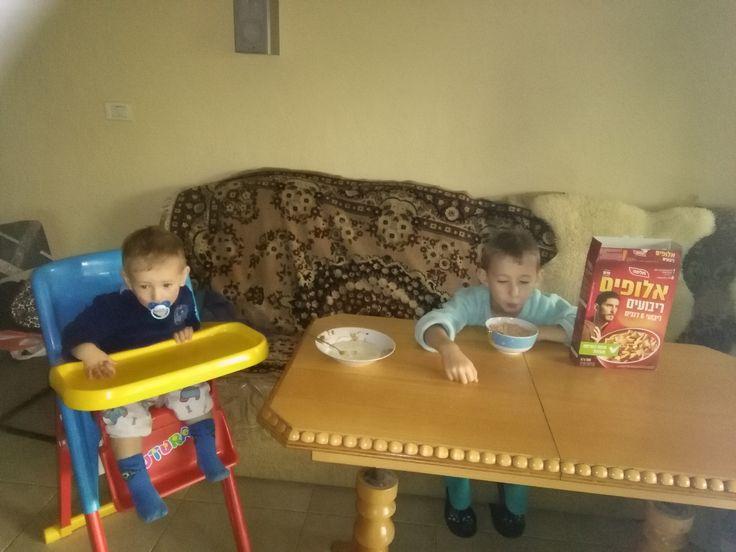 #תלמה #בוקר_אלופים שני הילדים אוכלים ארוחת בוקר ביחד. אחד כבר אלוף, השני בינתיים אוהב חלב בלי הדגנים...  אבל זה לא מפריע לו לחשוב על מה יש בצלחת השניה. כעקרון- מה הילדים שלכן אוכלים בארוחת בוקר?