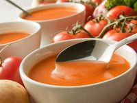 Diese Tomatensuppe ist nicht nur einfach in der Herstellung und sehr lecker, sie ist auch praktisch. Sie lässt sich problemlos einige Tage im Kühlschrank lagern oder über längere Zeit einfrieren. Bereiten Sie also ruhig gleich eine größere Menge zu. So haben Sie immer eine 'schnelle' Suppe parat. Zutaten für 4 Portionen 800 g Tomaten 200 g Zwiebeln 1 Knoblauchzehe 1 kleine Peperoni 2 EL Olivenöl 750 ml Gemüsefond Je 2 Stängel Thymian und Petersilie 1 Zweig Rosmarin 1 Lorbeerblatt 250 g…