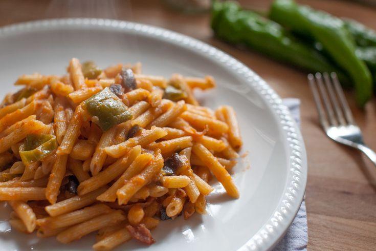 Pasta con friggitelli e pancetta, pasta e peperoni friarelli, sugo con friggitelli, sugo semplice e veloce, pomodoro friggitelli e pancetta.