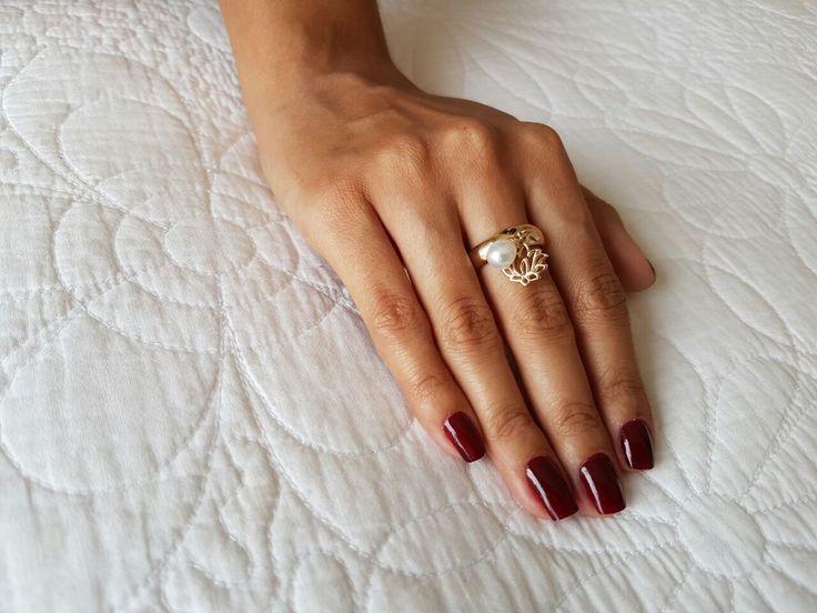 Anel pingentes Flor de Lótus - aliança meia-cana em prata 925 e pingentes mini flor de lótus e pérola natural biwa. Pode ser usado no dedo mindinho, anelar ou médio. Disponível em banhos de ródio branco, ródio negro, ouro palha 18k e ouro rosé 18k (esta foto: banho ouro palha 18k). #anel #aneldemindinho #prata925 #designfeitoamao #designexclusivo #flordelotus #perolasnaturais