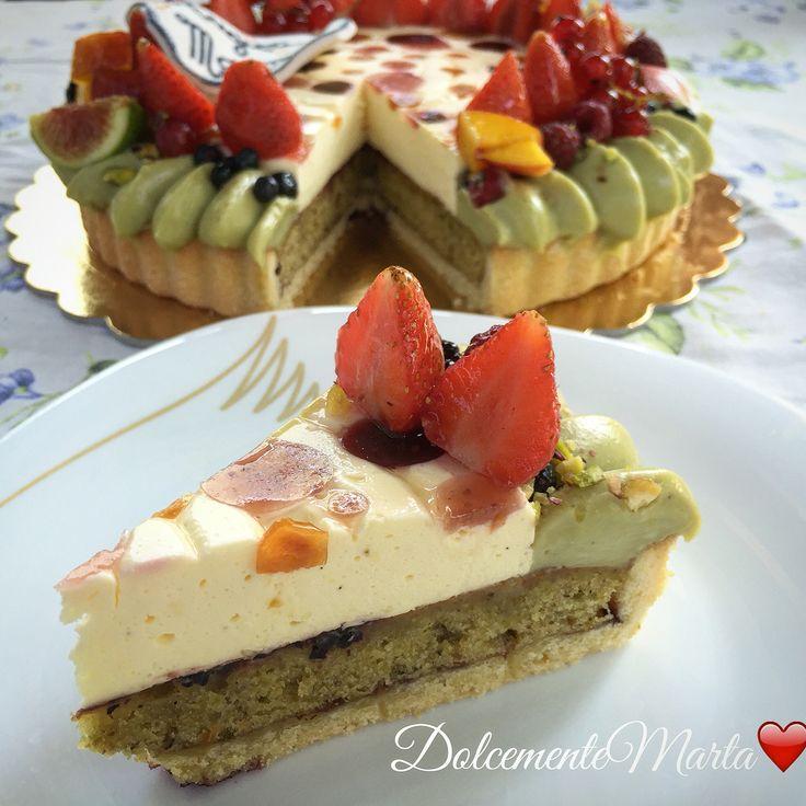 Crostata con frangipane al pistacchio e inserto di crema chantilly con gelèe di frutta. Decorazione con namelaka al pistacchio (M. Santin) e frutta fresca. (Basi di L. Montersino).