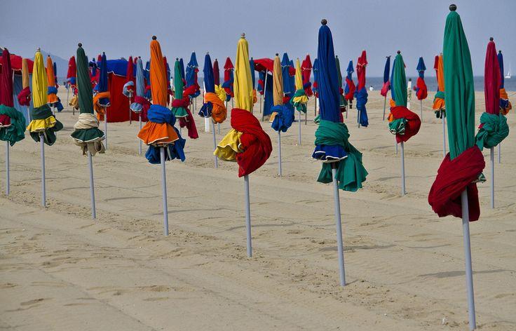 Parasols sur la plage de Deauville (France). Photo de Tabolive.