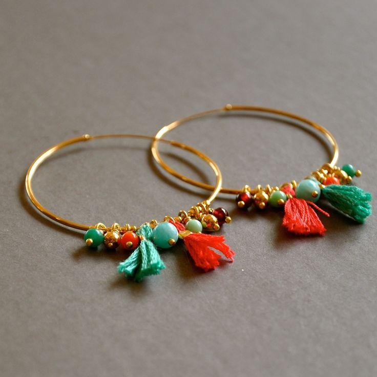 Créoles dorées fantaisies pierres semi précieuses et pompons : Boucles d'oreille par kanakeis