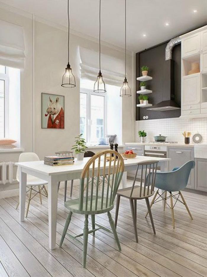 chaise scandinave, belle cuisine, table blanche rectangulaire et chaises vintage design scandinave
