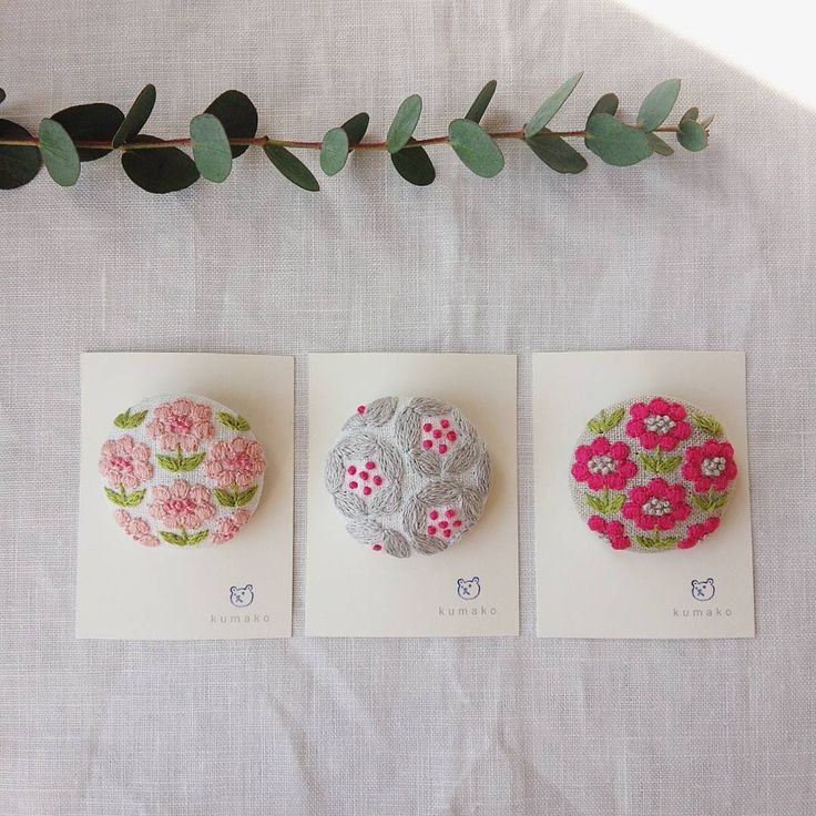 春はやっぱりピンクかな♥ TRUNKさん@trunk2007 のイベント、「宮島・Haru・さくら」展に向けて製作しています✊ #ブローチ#刺繍#お花#花#TRUNK#宮島#宮島Haruさくら展 #手仕事#ハンドメイド#handmade#kumako365#日々