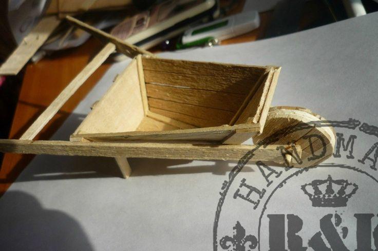 Изделия из дерева (садовые тачки в миниатюре)