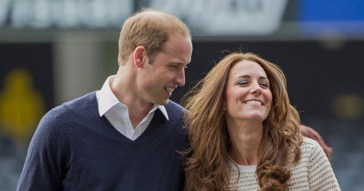 Kate Middleton, stejně jako většina vdaných žen, nosí snubní prsten. Je pravda, že není tak nápadný, jako její dvanáctikarátový safírový diamant, nicméně i osmnáctikarátového kroužku z velšského zlata si všimne nejedno oko. Prsteníček na levé ruce jejího manžela prince Williama je ale prázdný.