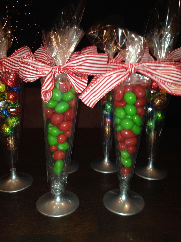 Kersttraktatie voor de juf/ meester. Champagneglas gevuld met M&M's (groen/rood) of met andere kerstchocolade. Ook leuk om te gebruiken voor andere speciale momenten.