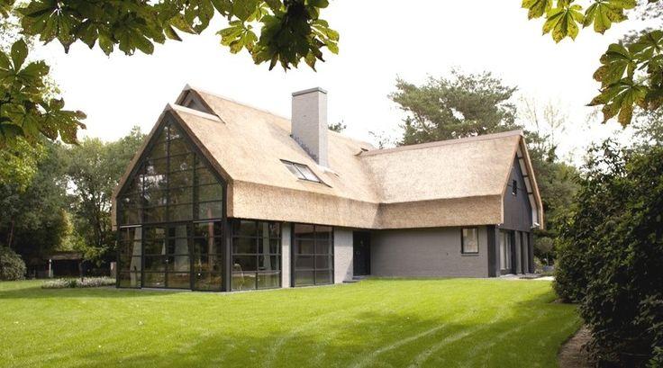 villa modern rieten dak en stalen serre