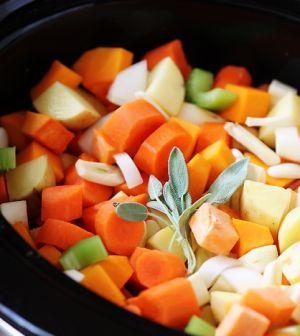 Herfstig groentestoofpotje. Groentestoofpot: heerlijk als gerecht op een herfstige dag! In één keer krijg je veel groenten en daarmee veel goede voedingsmiddelen binnen. Smullen maar! #stoofpot #koolhydraatarm #groente