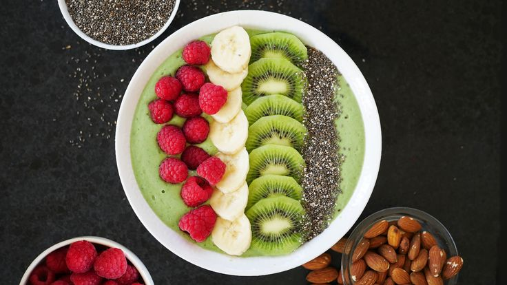Smoothie bowl avokado grönkål