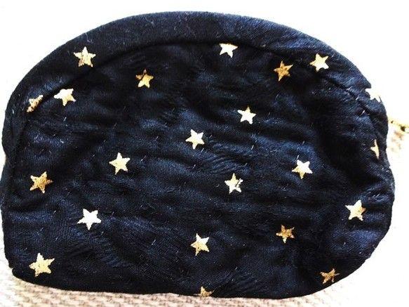 ブラックにゴールドの星柄のシックなコットンのポーチです。裏地は、ホワイトにゴールドの小さな星が描かれています。手縫いでキルティング加工しています。お薬、キャン...|ハンドメイド、手作り、手仕事品の通販・販売・購入ならCreema。