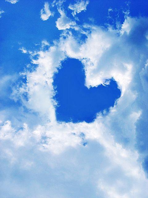 ハートの形にぬけた雲。広い空の中に見つけられたら、何かいいことありそうな。 iheartheartz:  Too much love (by Nikolina Munster)