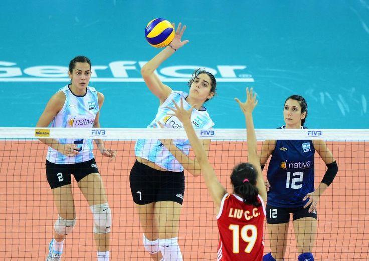 Estas son unas jugadoras de un equipo de voleibol de Argentina. Ellas son muy altas. Cuando se tomó este foto ellas perdió contra el equipo de China.