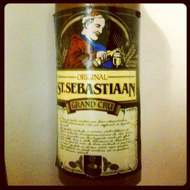 St. Sebastiaan Grand Cru #unabirraalgiorno / Stile Belgian Strong Ale, Belgio. Schiuma ricca e compatta, aroma intenso di malto e luppolo. Bottiglia in ceramica. Da abbinare a paste al sugo, pesce in umido e selvaggina. Alc. 7,6%