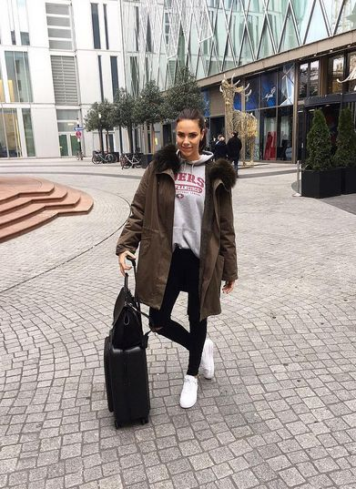 Esther Sedlaczek wearing REPLAY Hyperfree Skinny Jeans Luz. Check it out here: https://www.replayjeans.com/de/shop/product/damen/jeans/jeans-skinny/hyperfree-skinny-jeans-luz/pc/48/c/52/sc/57/2942 #replay #replaygermany #replayjeans #hyperfree #esthersedlaczek