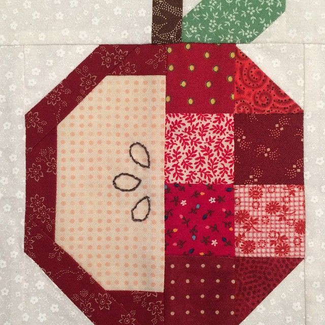 #farmgirlfridays #countrycrossroadsblock isn't one of my favorites. When I saw the cool apple block that Lori Holt posted recently, I worked out a pattern so that the apple could replace the crossroads. #applepickingblock