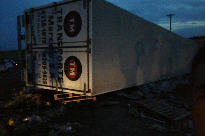 Región | Volcó un camión cargado con cerveza cerca del balneario de Utracán  Foto: Portal21  MIRÁ EL VIDEO UVecinos del sector se llevaron lo que quedó de la carga en contados minutos. El chofer del camión resultó ileso.   El transporte perteneciente a la empresa Marcicio SA se dirigía en la tarde de ayer de la provincia de Buenos Aires con destino a Neuquén con un cargamento de cerveza Imperial.  Al llegar a una zona de curvas ubicado en cercanías del balneario antes mencionado a unos 10…