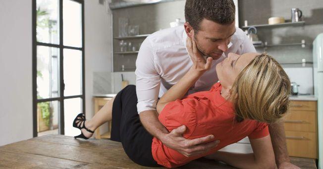 En las relaciones de pareja, la parte emocional es tan importante como la parte física para que se encienda la pasión. Muchas veces es necesario mejorar la comunicación fuera de la cama para que se optimice en ella. Es un hecho que el cerebro también participa en el sexo. Lo que piensas e imaginas en tu mente tiene mucho que ver con lo que deseas hacer en la cama. Para encender el fuego en la relación, ambos deben poner de su parte, ser creativos y planear cosas diferentes y divertidas…
