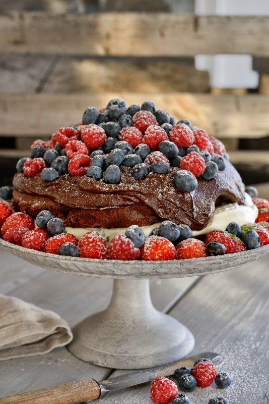 Mørk sjokoladedrøm med friske bær - høstens beste sjokoladekake!