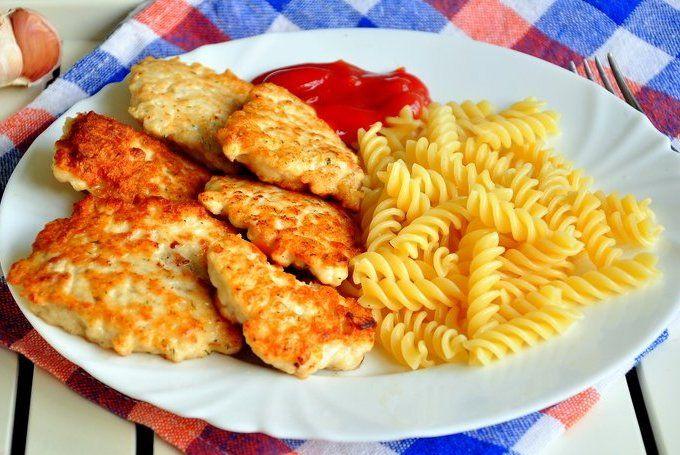 Вкуснейшие куриные оладушки получаются! У меня в этом рецепте они с сыром, но вы можете ввести что угодно: зелень, болгарский перец…. что больше любите. Попробуйте — получается действительно очень нежно!