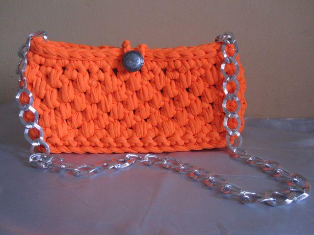 """""""Orange Bag"""" Borsa in fettuccia con fondo piatto. Bottone e catena color argento. Foderata. Misure: 26x13x7cm; catena 85 cm."""