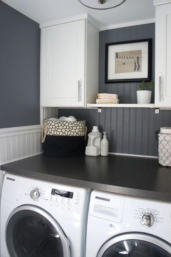 kleine waschküche einrichtungsidee in weiß und grau