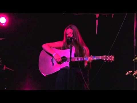"""Aurora Berntsen synger """"Om igjen for første gang"""" (Anne Grete Preus) på avslutningen for VG3 i juni 2013"""