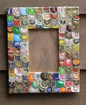 Picture frame encrusted with flattened bottle caps. Marco de corcholatas