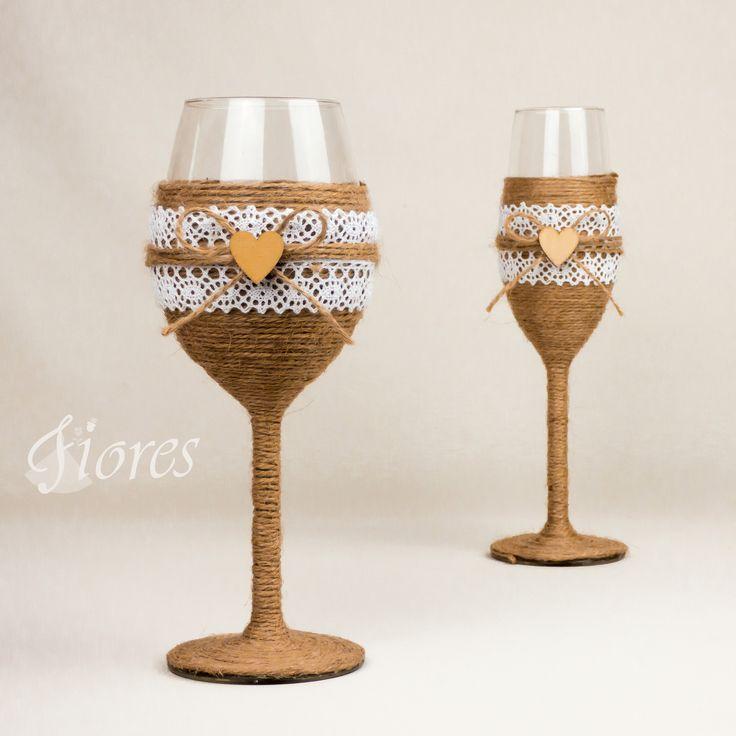 """Svadobné vintage poháre """"Radosť v srdci""""  jedinečná a my túžime, aby ste sa tak cítili v každej maličkosti. Vytvorili sme pre Vás tento svadobný pohár, ktorý nemusí zostať iba kusom skla, ale verte či nie dokáže o Vás veľa vypovedať."""