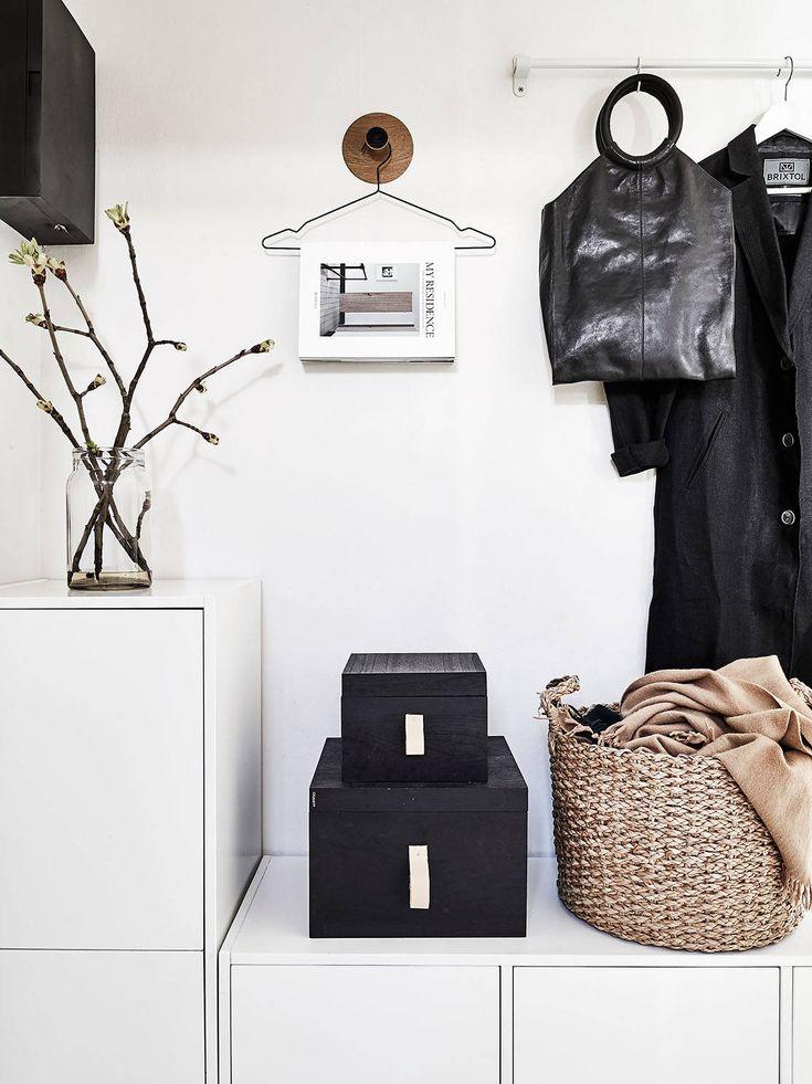 Sảnh vào nhà bố trí theo hướng này, màu trắng, bỏ cây xanh, tủ giầy hai ngăn, tường; tườn và sàn gạch sáng màu.