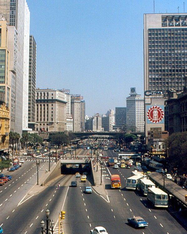 Anhangabaú década de 70 com o buraco do Ademar (passagem subterrânea. cruzamento com a Av. São João) Do lado direito, o edifício mais alto de São Paulo : Palacete Zarzur ( Mirante do Vale) Vwclass-1852.jpg (598×750)