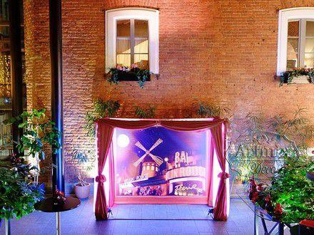 """Изумительное оформление фотозоны / фото будки  на свадьбе в стиле   """"Мулен Руж""""  знаменитого классического кабаре в Париже"""