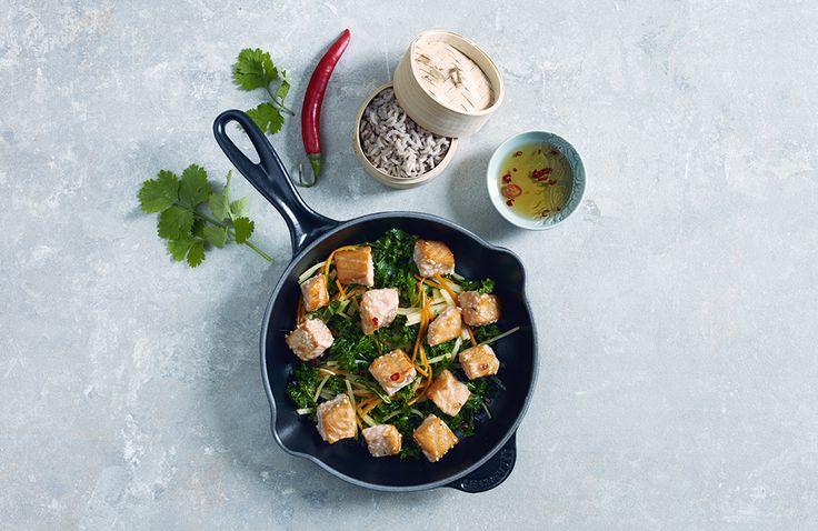 En spennende og sunn wokrett full av sprø grønnaker og smakfull laks - det hele toppet med en forfriskende eplesaus. Denne woken må bare prøves!
