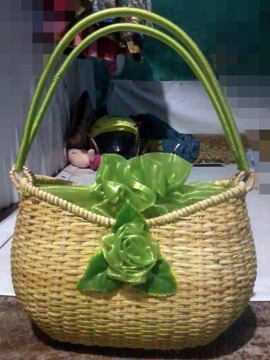 Tas Rajut Kotak Indonesia Handmade IDR : 150K Ukuran 30cm X 15 cm Tas ini cocok mix and match untuk gaun atau busana berwarna hijau, cocok digunakan pada acara resmi ataupun santai