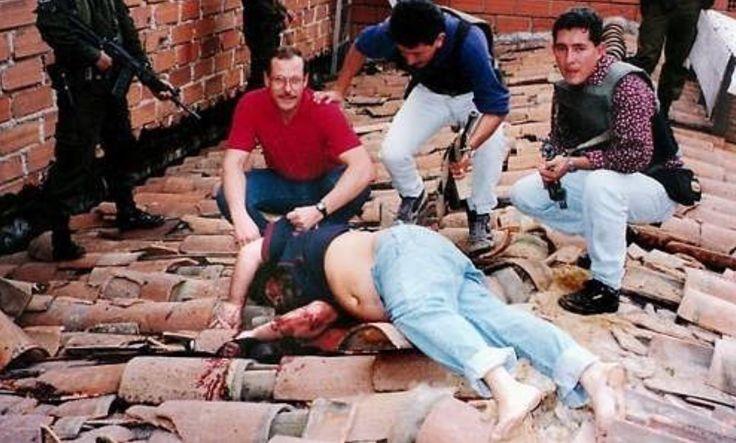 (DEA) Steve murphy posing for a photo with a dead Pablo Escobar (1993)