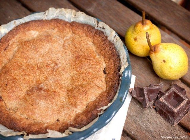"""Una golosa ricetta di ispirazione anglosassone, la """"pie"""" con pere e cioccolato viene presentata in una versione leggera, senza grassi saturi e adatta anche a chi segue diete vegan."""