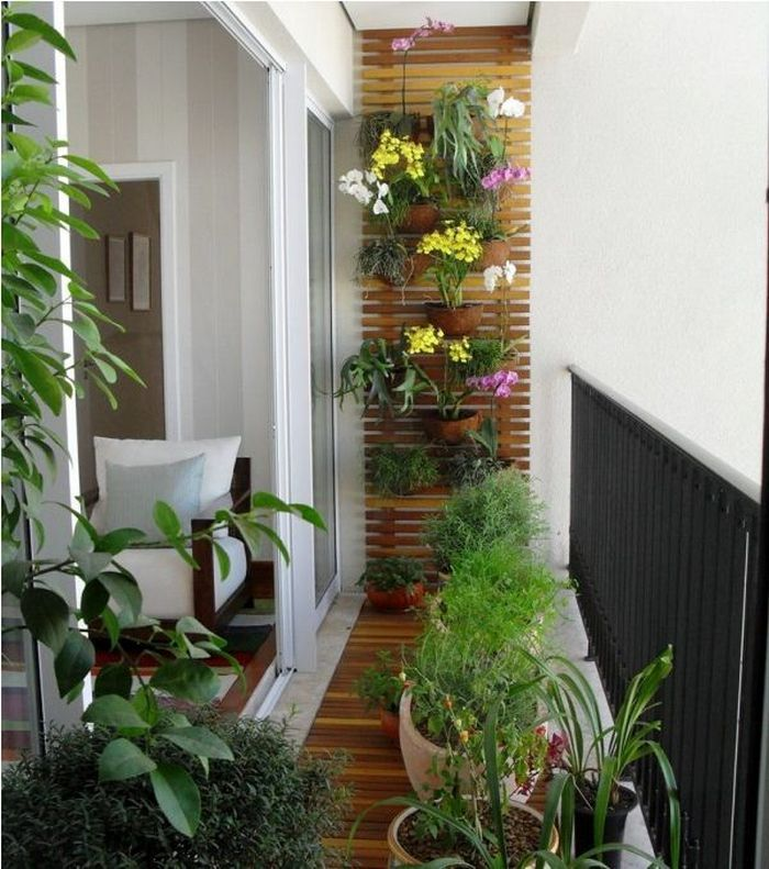 Small balcony with greenery, wood and vertical garden