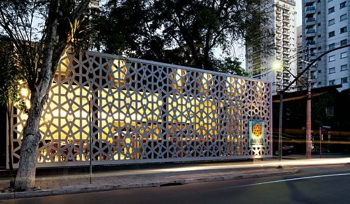 O muxarabi filtra a luz e a visibilidade para o exterior, além de determinar a identidade do restaurante