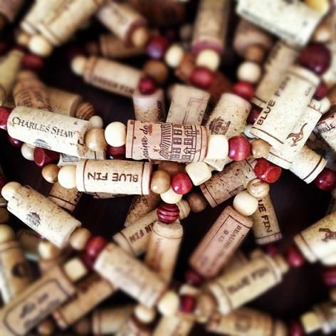 What a great idea for decorating the Christmas tree.... a homemade garland made out of wine corks!