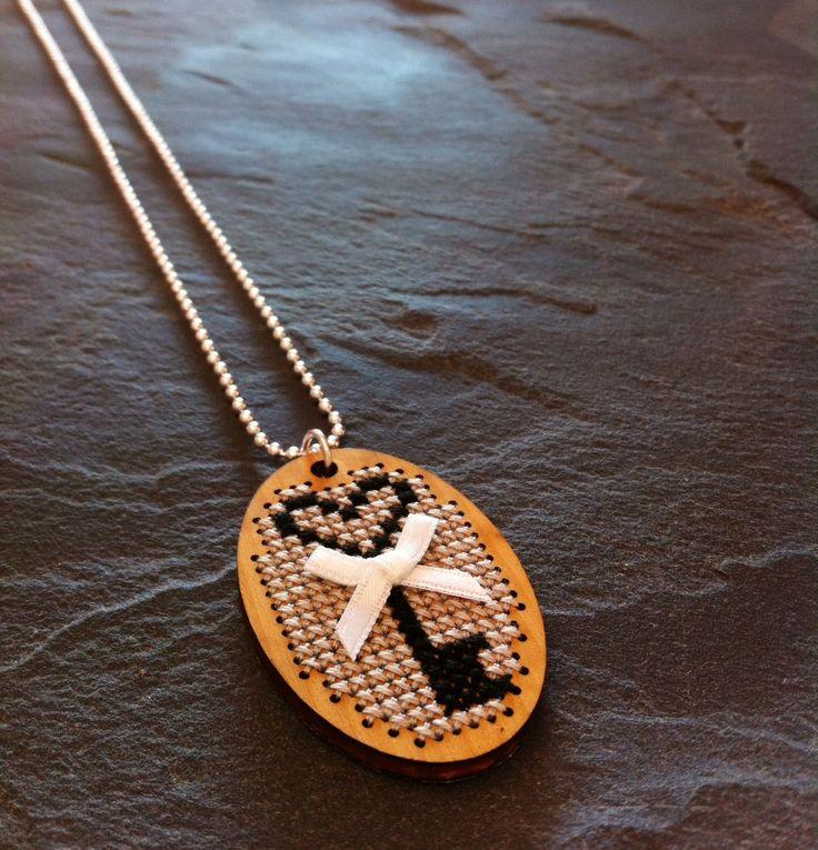 Collier brodé au point de croix motif clef et son petit noeud en satin blanc ! : Collier par thedreamfactory