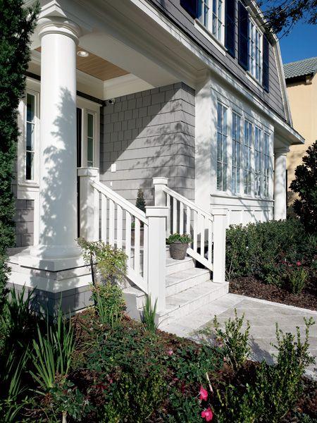 Detalles de columnas y barandilla en la entrada de una casa americana.