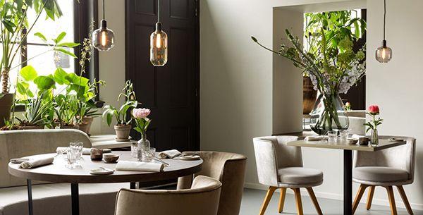 Chefkok Chris Naylor verrast met een bijna wekelijks wisselend menu, geserveerd in het sfeervolle restaurant Vermeer. Met deze gouden combinatie komt het sterrenrestaurant op ons lijstje favoriete hotelrestaurants in Amsterdam.