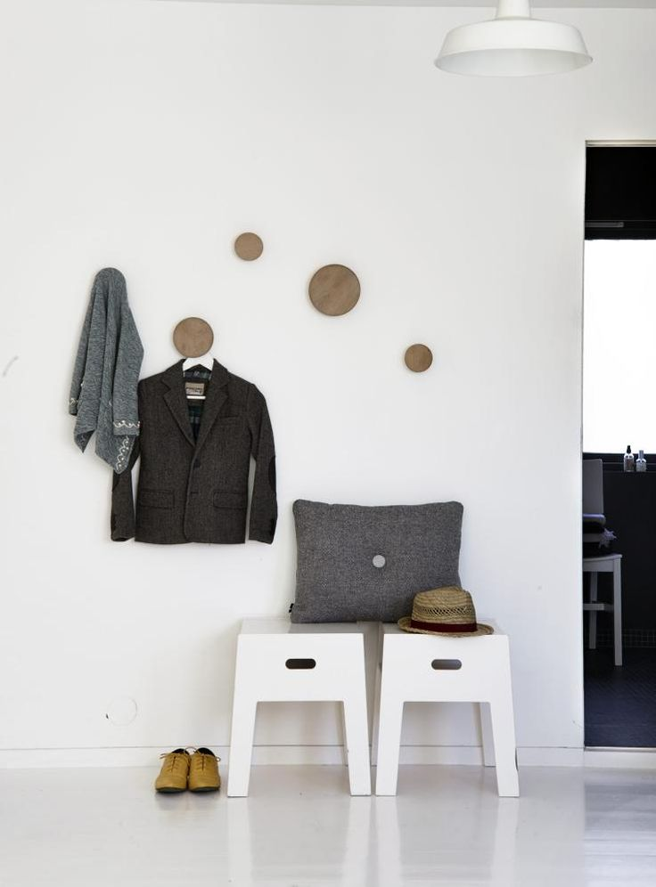 ENKELT OPPSETT: Krakkene er fra Ikeas første PS-kolleksjon ogvar opprinnelig i bjørkefiner. Den grå putenmed ullstoff er fra Hay og treknaggene Dotser Tveit og Tornøe for Muuto.
