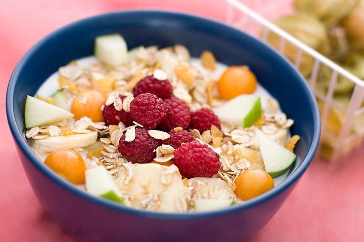 Filmjölk med müsli och färsk frukt