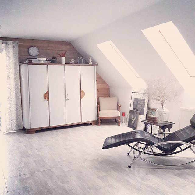Dzień dobry w lutym! Nowy miesiąc nowe ustawienie mebli. Minie chwilą zanim się przyzwyczaję ale jest ok.  #salon#livingroom #jasno#szafa #fotel #luty#środa #biało #white #drewnianasciana #wood #kochamurzadzanie #mynordicroom #goodmorning#homedecor #inspire_me_home_decor #inspirationeveryday #instahome