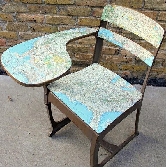 Cadeira escolar vintage reformada com mapas cartográficos.