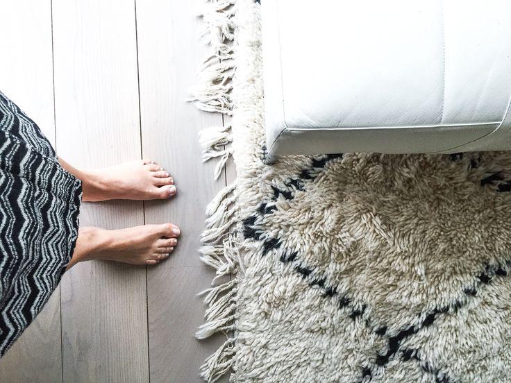 Oak floor, benicarpet, white leather