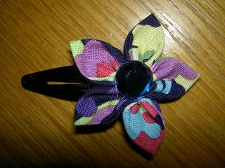 Cute hair clip by Zoe at Buttoned up and pinned down's blog: Pink Paper peppermint's tutorial